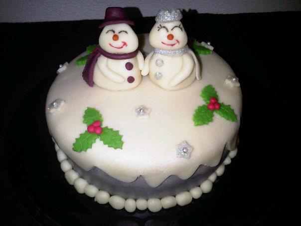 Kersttaart sneeuwman en sneeuwvrouw